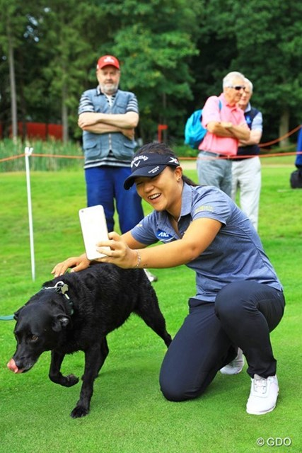 プロアマ中にティグランドで犬と自撮りで記念写真。