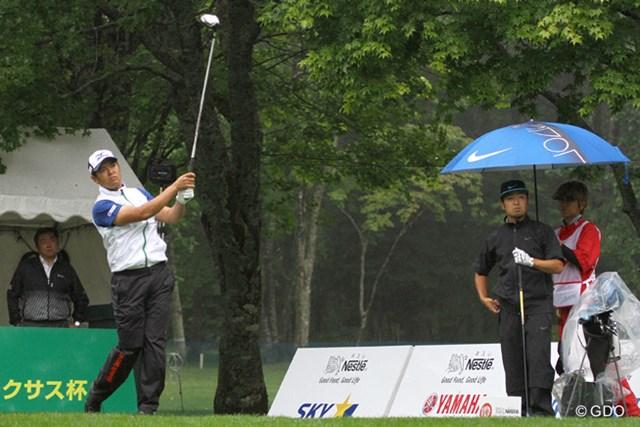 2016年 ネスレインビテーショナル 日本プロゴルフマッチプレー選手権 レクサス杯 初日 武藤俊憲&時松隆光 第1マッチが午前8時にスタート。雨の中を武藤俊憲と時松隆光がティオフした