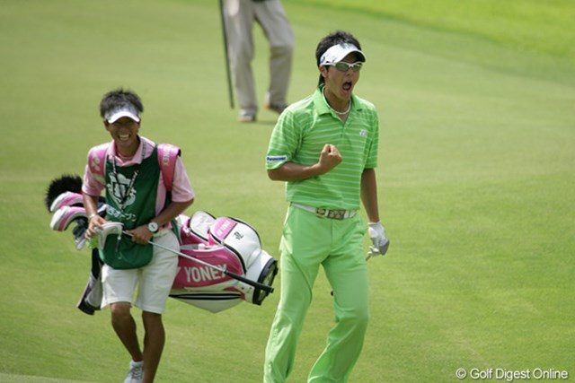 2009年 関西オープンゴルフ選手権競技 2日目 石川遼 18番のチップインイーグルに、飛び上がって雄叫びを上げる石川遼!