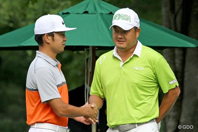 準決勝がスタート!ティオフ前に握手を交わす時松隆光と小田孔明