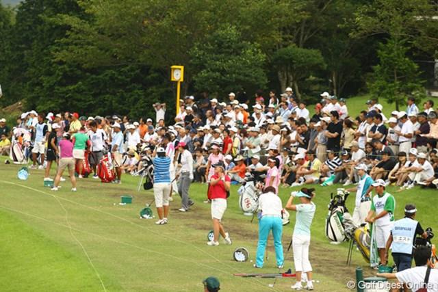 2009年 CAT Ladies 2日目 朝の練習場 早朝から多くのギャラリーが、プロの練習を熱心に観察。自分のゴルフにフィードバックできそうですか?