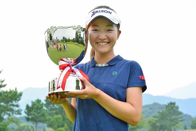 逆転でプロ初優勝を飾った岸部桃子 ※画像提供:日本女子プロゴルフ協会