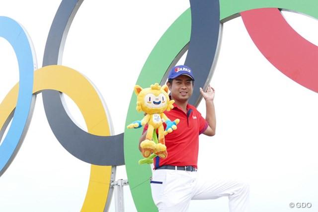 まだまだリラックスムード。リオ五輪のキャラクター「ヴィニシウス」を手にポーズを決める池田勇太