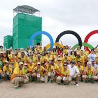 ボランティアたちとの記念撮影に収まるブラジルのアジウソン・ダ・シルバ(前列白いシャツ) 2016年 リオデジャネイロ五輪 事前 アジウソン・ダ・シルバ