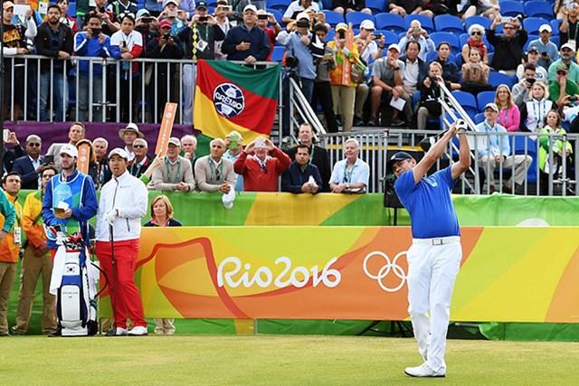 アジウソン・ダ・シルバのティショットで112年ぶりに開幕した五輪ゴルフ競技(Ross Kinnaird/Getty Images)