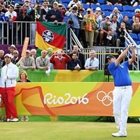 アジウソン・ダ・シルバのティショットで112年ぶりに開幕した五輪ゴルフ競技(Ross Kinnaird/Getty Images) 2016年 リオデジャネイロ五輪 初日 アジウソン・ダ・シルバ