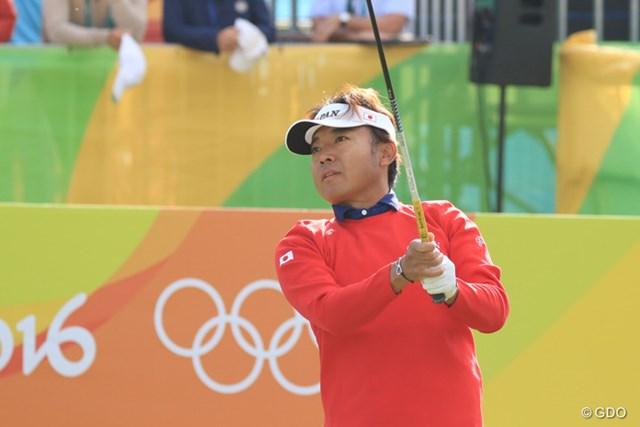 右肩に日の丸の入った赤いセーター姿で片山晋呉は五輪のプレーをスタートした