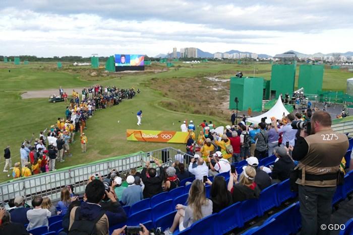 112年ぶりの五輪ゴルフ開幕を告げる1番ティグラウンドの光景 2016年 リオデジャネイロ五輪 初日 アジウソン・ダ・シルバ