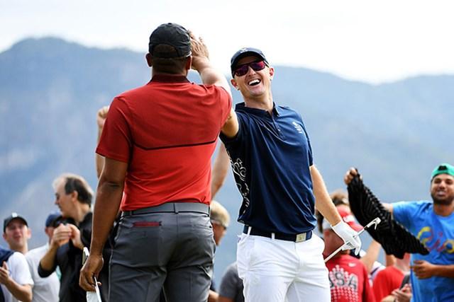 五輪史上初のエースを決めたローズ。満面の笑みでハイタッチを繰り返した(Ross Kinnaird/Getty Images)