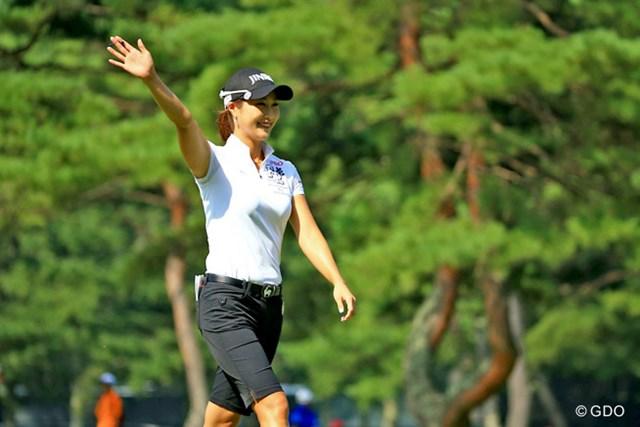 2016年 NEC軽井沢72ゴルフトーナメント 2日目 キム・ハヌル 前半12番(パー3)で今季3回目のホールイワンを決め、笑顔で歓声に応えるキム・ハヌル