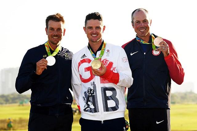 2016年 リオデジャネイロ五輪 最終日 ジャスティン・ローズ ヘンリック・ステンソン マット・クーチャー メダルをとった3選手(左からヘンリック・ステンソン、ジャスティン・ローズ、マット・クーチャー)は笑顔を見せた(Ross Kinnaird/Getty Images)