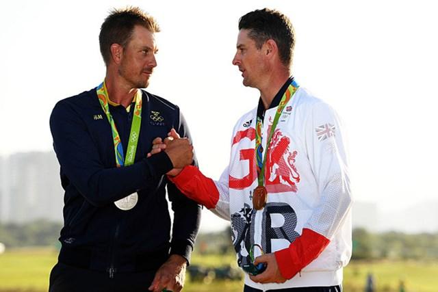激闘を終えたローズとステンソンは握手。胸には互いに輝くメダル( Ross Kinnaird/Getty Images)