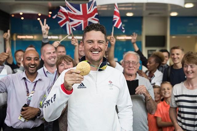 金メダルを提げてヒースロー空港に帰国したローズは待ち受けたファンに祝福された(Dan Kitwood/Getty Images)