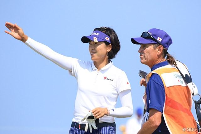 大山志保とキャディのデイナ・ドリュー氏。メダルはまだ狙える位置だ
