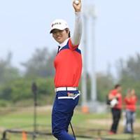 最終18番をバーディで終え、観衆に手を振って応える野村敏京。それでも、メダルには一打届かなかった 2016年 リオデジャネイロ五輪 最終日 野村敏京