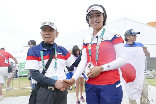 最後まで力を出し切った笑顔を見せ、父・晃さんと写真に収まる大山志保