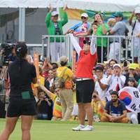 ウィニングパットを沈め、金メダルの喜びに浸る朴仁妃 2016年 リオデジャネイロ五輪 最終日 朴仁妃