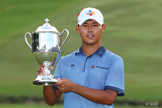 21歳のキム・シウーが初優勝でカップを掲げた