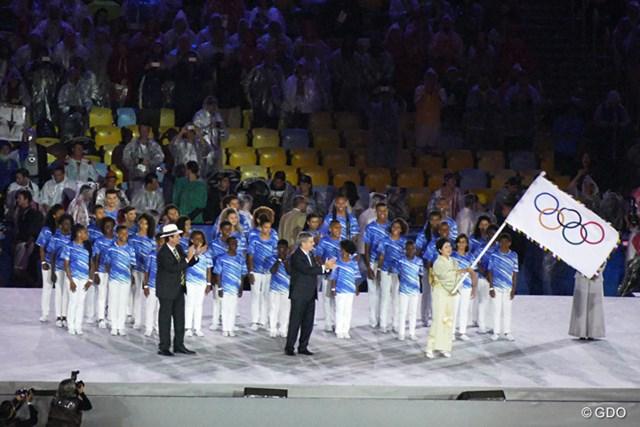 リオデジャネイロ市長から五輪旗を託される小池百合子東京都知事