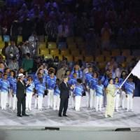 リオデジャネイロ市長から五輪旗を託される小池百合子東京都知事 2016年 リオデジャネイロ五輪 最終日 小池百合子