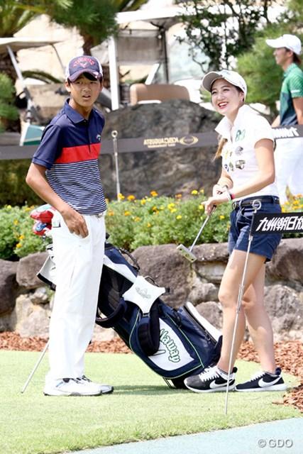 石川遼の弟・航がツアーデビュー。キャディは姉の葉子さん(写真右)が担当する