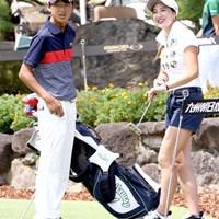 石川遼の弟・航がツアーデビュー。キャディは姉の葉子さん(写真右)が担当する 2016年 RIZAP KBCオーガスタゴルフトーナメント 初日 石川航&石川葉子さん