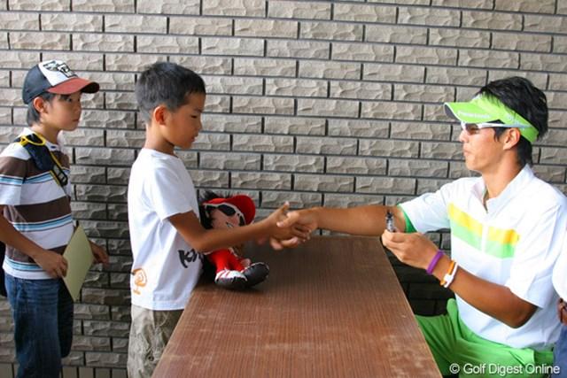 石川遼のサインを求める子供たち。一人ひとりと握手も行った