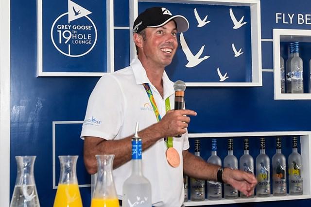 2016年 ザ・バークレイズ 事前 マット・クーチャー リオ五輪3位のクーチャーは、今週の大会イベントにも銅メダルを首にかけて参加した(Chris Condon/PGA TOUR/Getty Images)