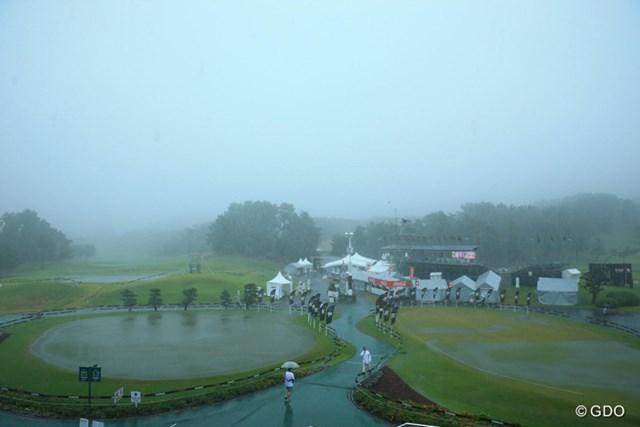 雷と豪雨で中断に。