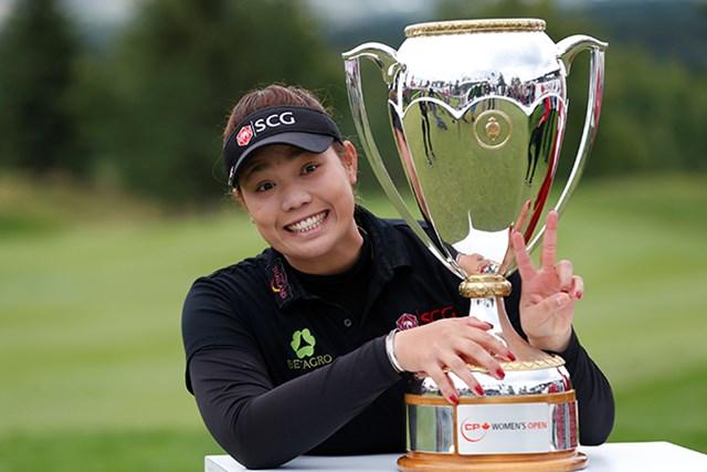 2016年 カナディアンパシフィック女子オープン 最終日 アリヤ・ジュタヌガン ツアー初優勝を果たした今季すでに5勝目。進撃のA.ジュタヌガンは表彰式にも慣れてきた(Todd Korol/Getty Images)