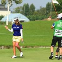 8番Par3でホールインワン!!カップからボールを拾い上げ、照れながらもギャラリーの歓声に応えます。 2016年 ゴルフ5レディス プロゴルフトーナメント 初日 内山久美