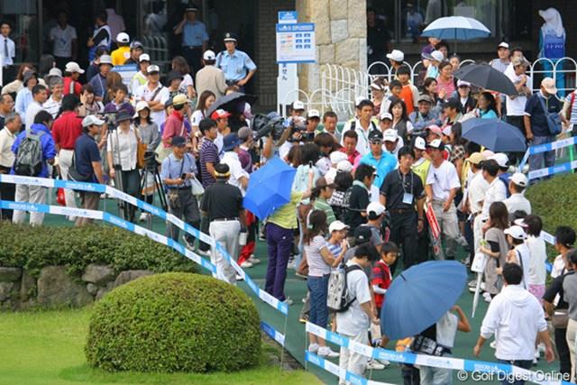遼登場!13時には石川を待ちわびたファンがクラブハウス前に人垣を作った