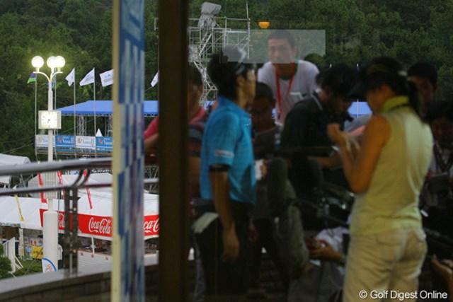 ラウンド後にテレビインタビューを受ける石川遼。左後ろに写る時計は18時50分を示していた