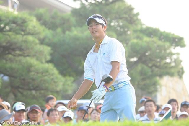 7時10分に朝日を背にティショットを行った石川遼。ボールは大きく左に曲がり林の中へ