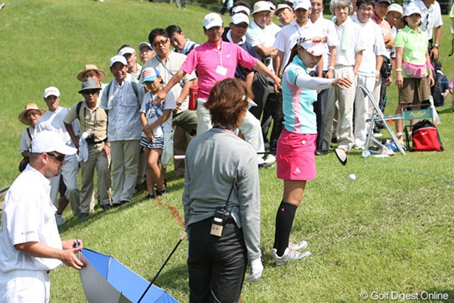 2009年 ヨネックスレディスゴルフトーナメント2日目 横峯さくら 17番、クリークに入れドロップする横峯さくら