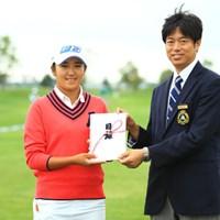 昨日ホールインワンを決めて、スタート前に10万円の贈呈式です。 2016年 ゴルフ5レディス プロゴルフトーナメント 2日目 稲見萌寧