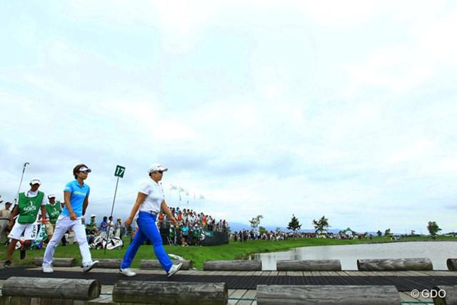 2016年 ゴルフ5レディス プロゴルフトーナメント 最終日 穴井詩、申ジエ 争う2人。橋を渡って17番浮島グリーンへ。