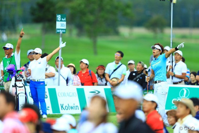 2016年 ゴルフ5レディス プロゴルフトーナメント 最終日 穴井詩 最終18番ティショット。「ファーーーーーーッ!!!」ってビックリするじゃないですかっ!それほどのトラブルにはならなくて良かった。