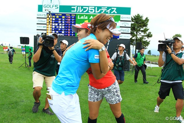2016年 ゴルフ5レディス プロゴルフトーナメント 最終日 穴井詩 熱戦を繰り広げたボミちゃんも祝福。