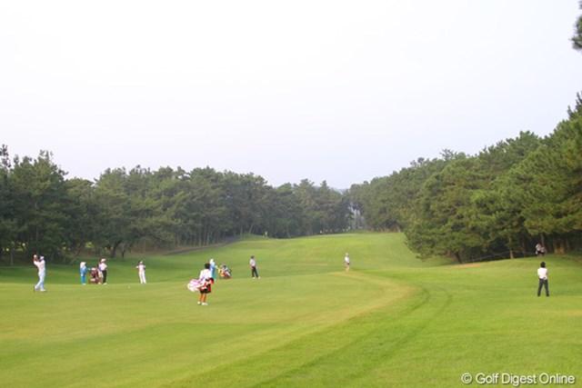 朝一のティショットを左に曲げた石川遼は、13番のFWをお借りして見事に2オン!