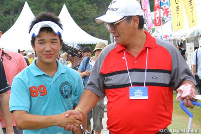 14歳と21日でツアー史上最年少予選通過記録を達成した伊藤誠道。父とがっちり握手