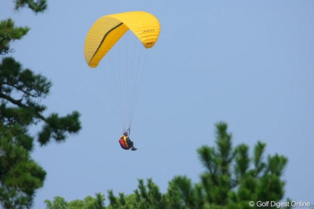 空から無料で試合観戦!?コース隣の浜辺上空には何機ものパラグライダーが優雅にそよいでいた