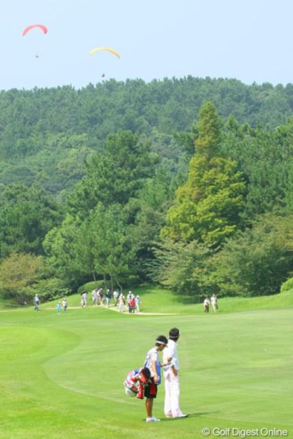 第3ラウンド初球のOB直後、空を見上げる石川遼。「気持ちよさそうだな~」とうらやむ視線