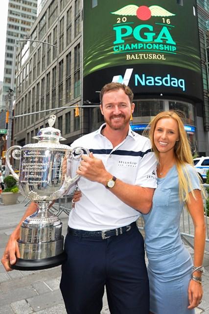 全米プロ優勝後のNYメディアツアーの一幕、エリン夫人とJ.ウォーカー(Alex Goodlett/Getty Images)