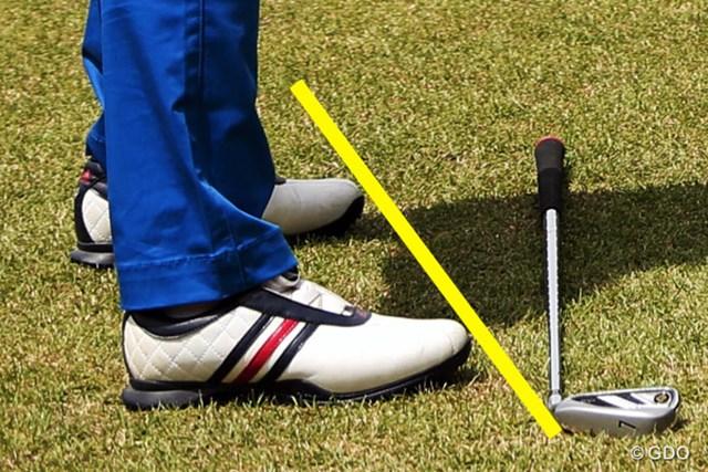 「右足はそのまま。飛球線方向と直角のままがコツ」