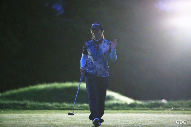 2016年 日本女子プロゴルフ選手権大会コニカミノルタ杯 2日目 下川めぐみ 暗闇の中、投光器の光を浴びて下川めぐみは首位でホールアウトした