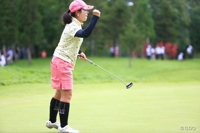 最終18番バーディ決めてガッツポーズ、何十回ってやってたかな 2016年 日本女子プロゴルフ選手権大会コニカミノルタ杯 最終日 下川めぐみ
