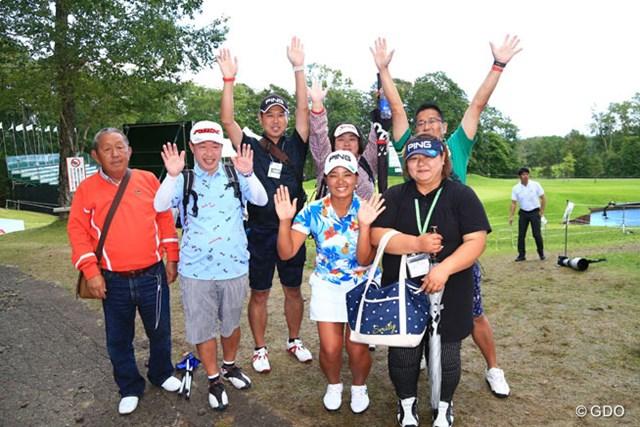 2016年 日本女子プロゴルフ選手権大会コニカミノルタ杯 最終日 鈴木愛 愛ちゃんを囲んでお母さんと仲間たち
