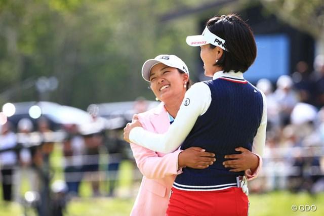 2016年 日本女子プロゴルフ選手権大会コニカミノルタ杯 最終日 鈴木愛 大山志保 おね~さ~んって抱き着いてるみたいだけど良いシーンでした