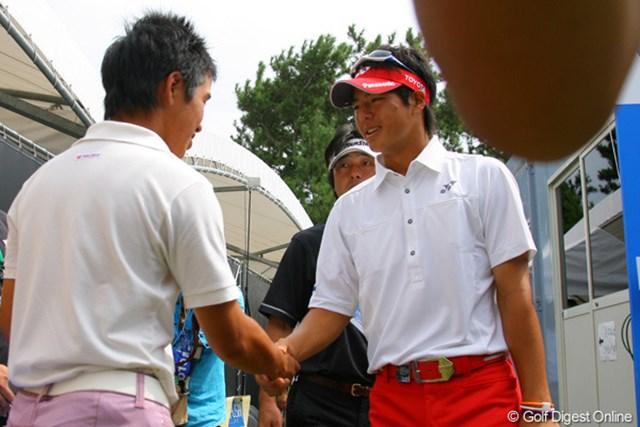 見事ローアマを獲得した伊藤誠道に「おめでとう!」と声をかけた石川遼